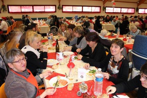 200 personnes réunies à la salle des fêtes de Saint Chély d'Aubrac pour fêter Noël